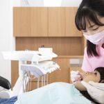 歯科検診を受ける女の子